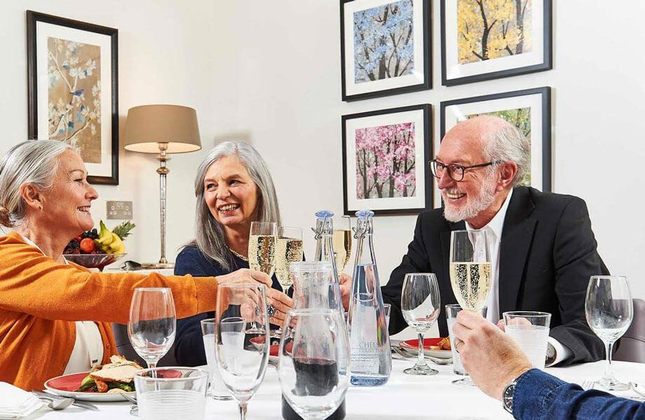 Heitere Dinnerrunde mit Senior Models