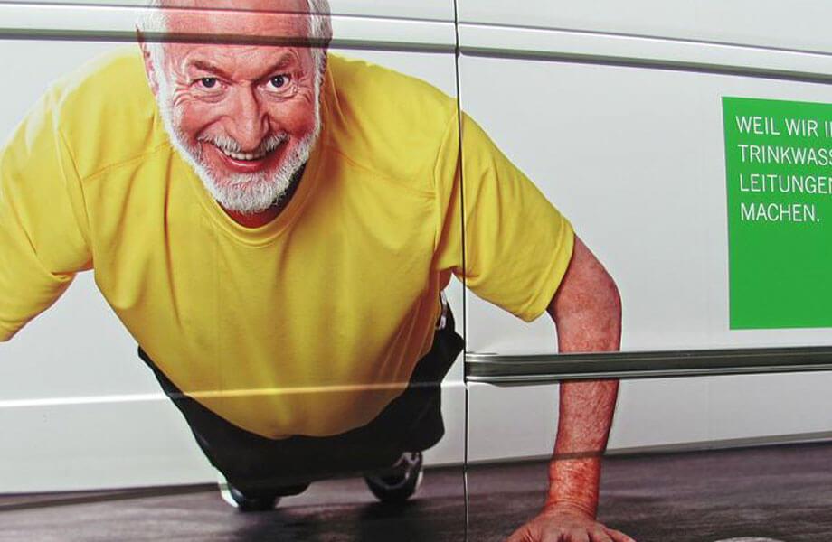 Senior-Model Jim Sullivan auf einer Lieferwagen-Werbung