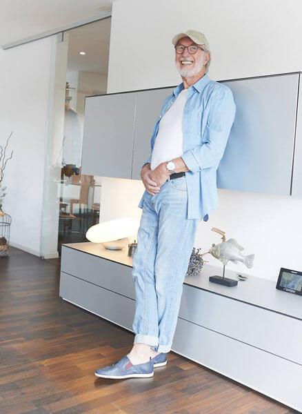 Jim Sullivan in moderner Wohnung