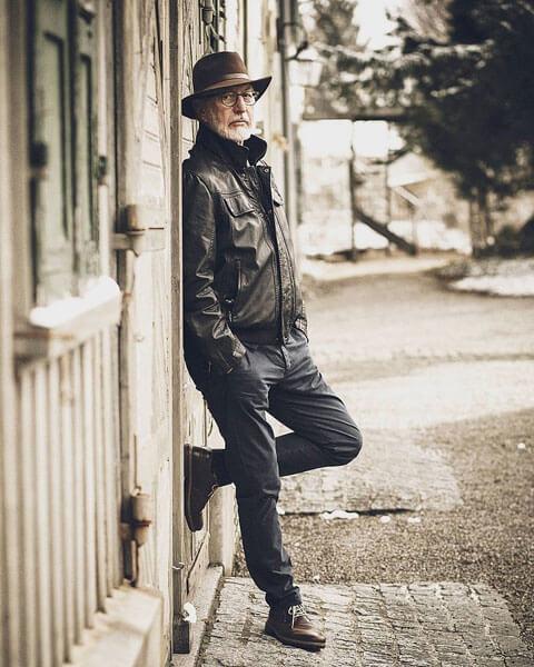 Senior-Model Jim Sullivan, lässig an die Wand gelehnt