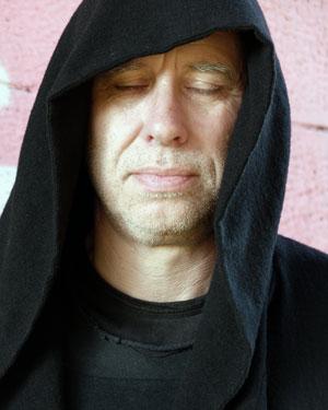 Der Autor mit Kapuze