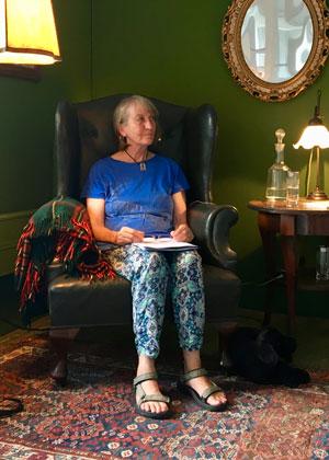 Lesende Elfriede Hafner-Kroseberg