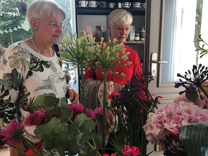 Blumen im Café. Oder andersrum.