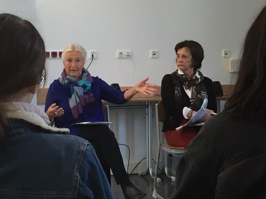 Angela und Dr. Cornelia von Schelling führen in die Technik des Interviews ein. Foto: Lothar Thiel.