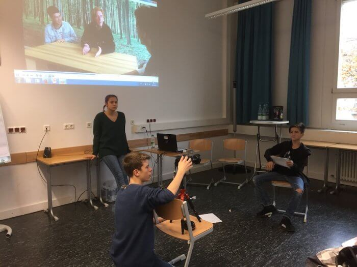 Die Teilnehmer des Schulprojekts üben den Dreh eines Interviews. Foto: Lothar Thiel