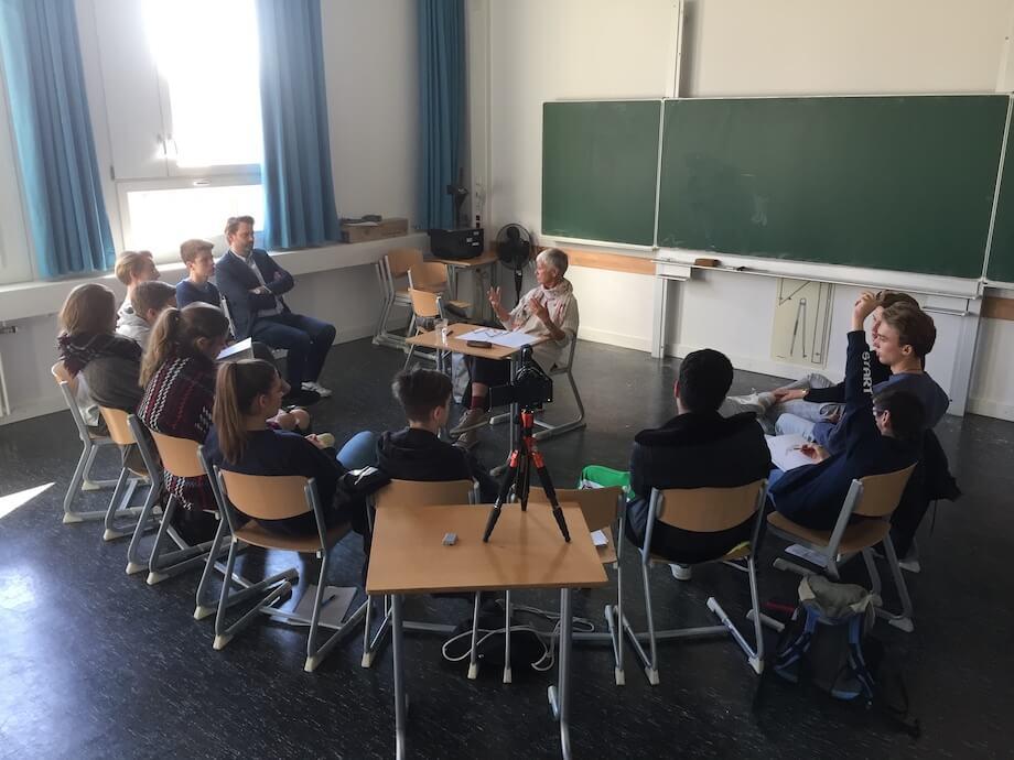 Ulrike Ziegler erläutert den Schülern die Grundlagen der Videoreportage. Foto: Lothar Thiel