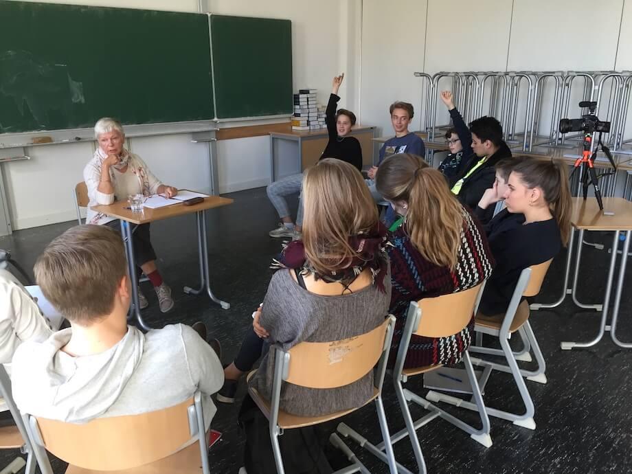 Die Schüler haben jede Menge Fragen in die Coaches. Fot: Lothar Thiel