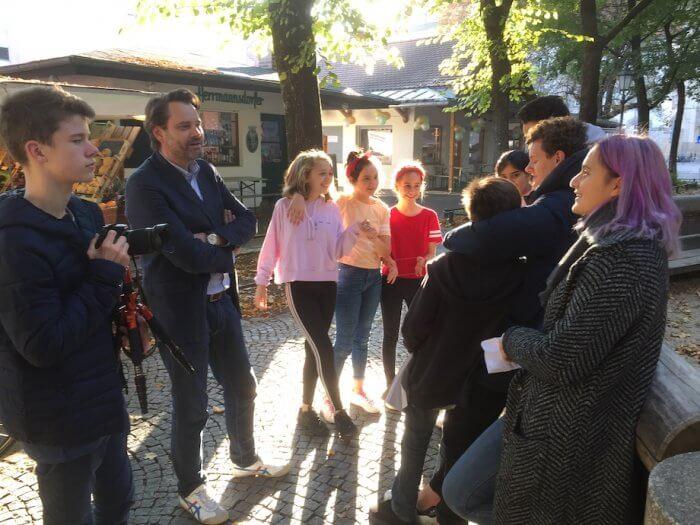 Letzte Besprechung vor der Umsetzung des Gelernten mit Passanten. Foto: Lothar Thiel