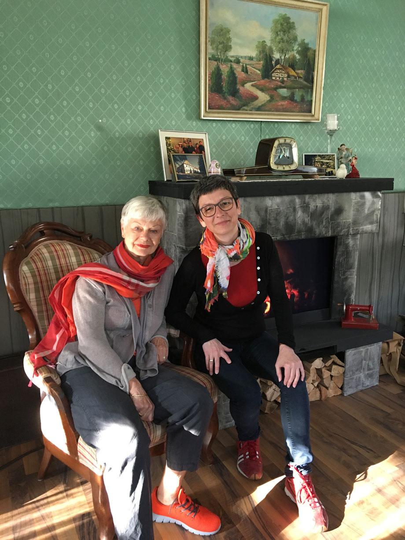 Ulrike und Anne in der guten Stube