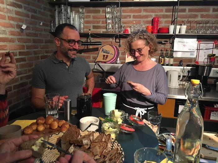Flavio Cury und Heike Braun während einer Pause an der Bar. Foto: Anne Bauer