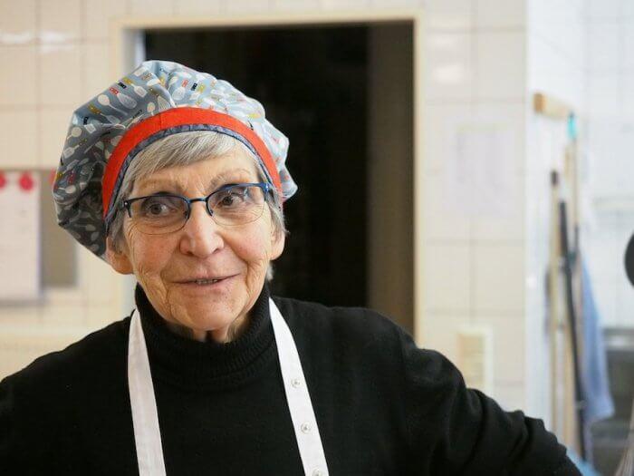 Oma Hanni hat, wie die meisten Back-Omas, früher einen Büro-Job gehabt. Foto: Helmut Müller