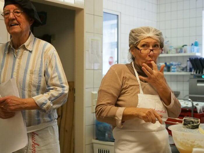Oma Helga genießt es, sich endlich beim Backen austoben zu können. Foto: Helmut Müller