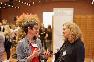Anne im Gespräch mit Vera Lisakowski, Mitglied der Nominierungskommission. Foto: Stephan Bleek