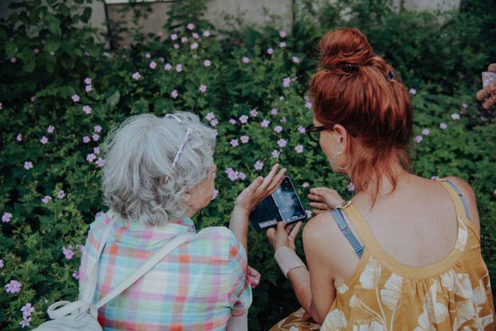 Kursteilnehmerin und -leiterin: Bei der Fotografie von Blumen kommt es auf Details an. Christine Bauer erläutert direkt am Bildschirm. Foto: Amelie Geiger