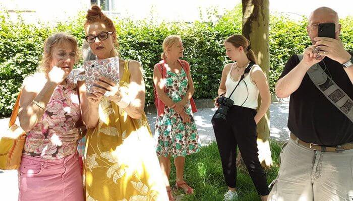 Ein Schnappschuss bei gleißendem Sonnenlicht von Teilnehmerin und Helferin Florence: Christine Bauer (2. von links) und unsere Gastautorin Amelie Geiger, 23 Jahre, Fotodesignstudentin im Bachelor (2. von rechts), stehen den Teilnehmer/innen für alle Fragen zur Verfügung. Foto: Florence Kotowski