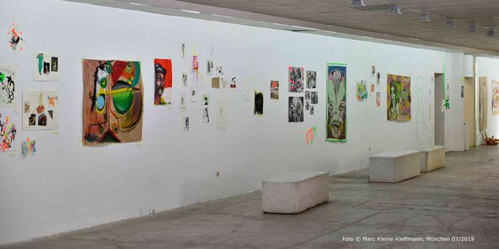 Die Ausstellung von Werken junger Kreativer im Köşk bildete den Rahmen für die Lesung, bei der dieser Beitrag vorgestellt wurde. In der Mitte hängt das passende Bild dazu von Lorenz Geier. Foto: Marc Kleine-Kleffmann