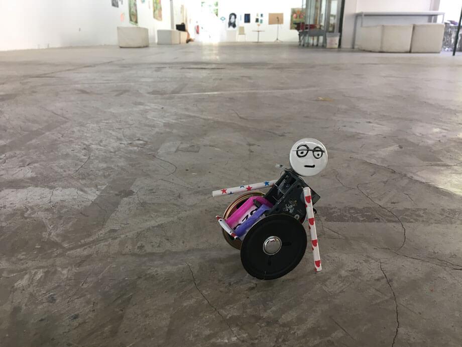 Käptn Wheelchair ist das Maskottchen des Köşkivals, hier interpretiert von Paula Pongratz in einem ihrer Upcycling-Workshops.