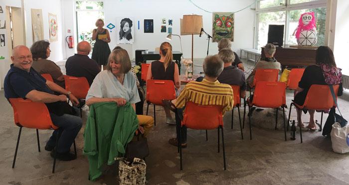 Eine auserwählte Gruppe von Zuhöreren kam zu den Lesungen von eigenleben-Autor/innen im Rahmen des Köşkivals.Foto: Marc Kleine-Kleffmann
