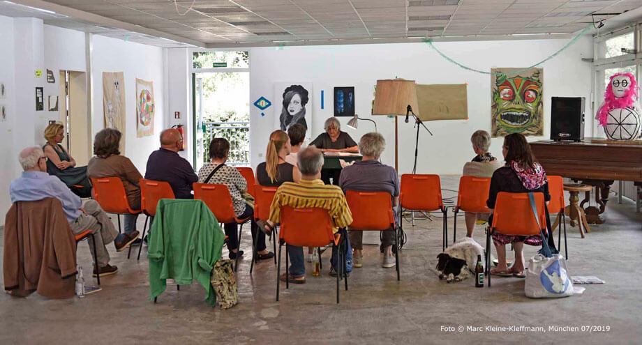 """In den großen """"Pavillon"""" (türkisch: köşk) hätten noch ein paar Zuhörer mehr gepasst. Aber so entre nous waren wir ein familiär-entspanntes Grüppchen, das den Lesenden höchste Aufmerksamkeit entgegenbrachte. Foto: Marc Kleine-Kleffmann"""