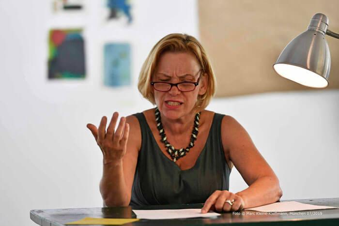 Sehr ausdrucksstark liest Claudia Schleich ihren Text in Landessprache: bairisch! Foto: Marc Kleine-Kleffmann.