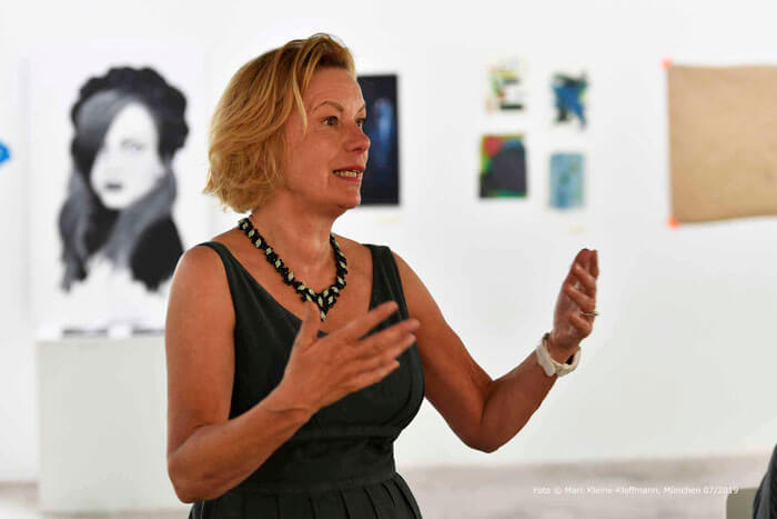 Gestenreiche Conférencière: Claudia Schleich begleitet ihre Präsentation in Gebärdensprache. Foto: Marc Kleine-Kleffmann