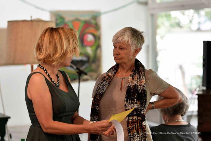 Der letzte Feinschliff an der Präsentation: Claudia Schleich und Ulrike Ziegler. Foto: Marc Kleine-Kleffmann