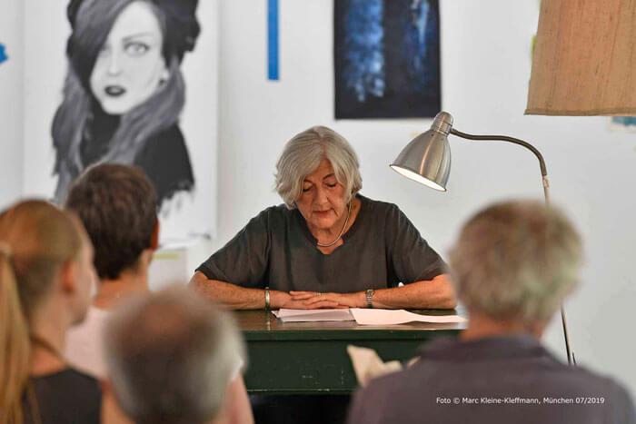 """Barbara Pinheiro liest eine berührende Kurzgeschichte über eine Frau im Rollstuhl: """"Auguste geht raus"""" (hier im Magazin). Foto: Marc Kleine-Kleffmann"""