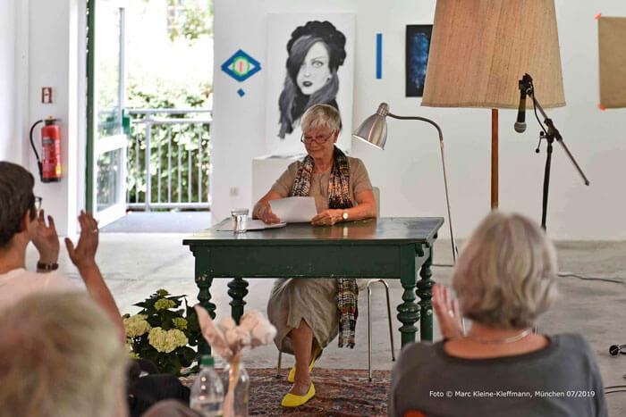 Mit Outfit in den eigenleben-Farben liest Ulrike Ziegler einen Beitrag, den sie über den spät berufenen Theater-Regisseur Viktor Schenkel verfasst hat. Foto: Marc Kleine-Kleffmann