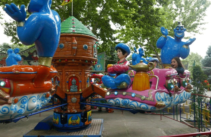 Buntes Kinderkarussell mit Märchenfiguren. Foto: Christian Callo.