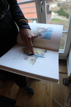 """Eins der """"humorlosen"""" Bücher mit Reiseskizzen. Foto: Anne Bauer"""