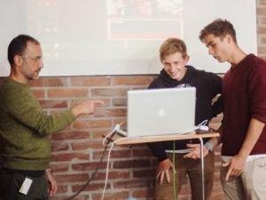 Die beiden Helfer Friedrich und Ben beim Einsprechen des Voiceovers.