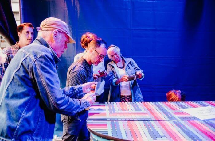 Die fleißigen TeilnehmerInnen beim Filmen des kleinen Stars. Foto: Amelie Geiger