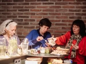 Die Teilnehmerinnen stärken sich am liebevoll von Anne zubereiteten Buffet.