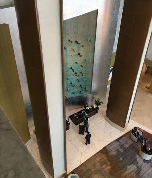Blick auf die Hotelrezeption im Inneren des einen Tower.