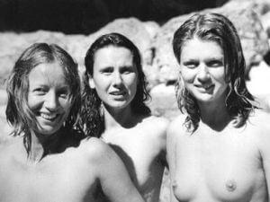 Drei nackte Frauen.