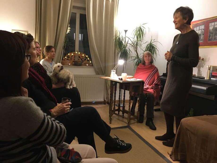 Begrüßung durch die Gastgeberin. Foto: Anne Bauer