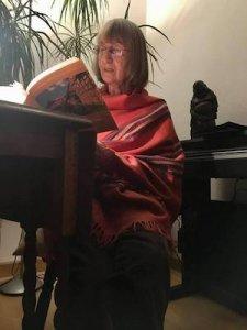 Elfriede liest aus ihren Kindheitserinnerungen. Foto: Anne Bauer