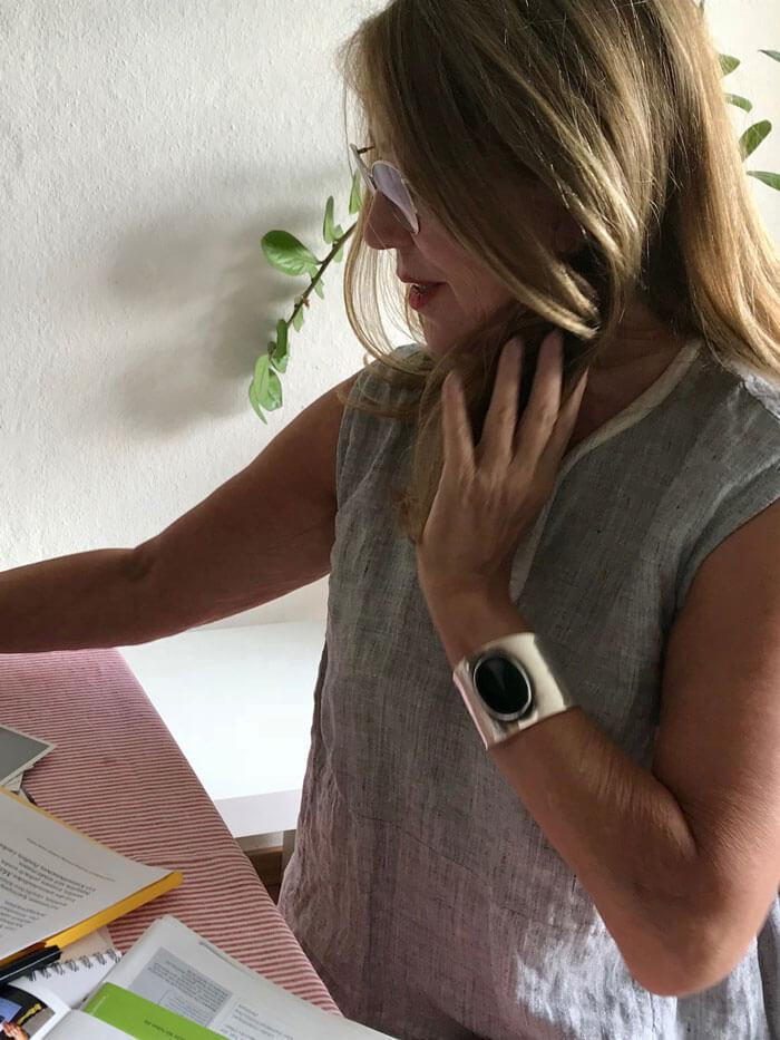 Gabriele Schleuning bereitet sich auf ihre Lesung vor.