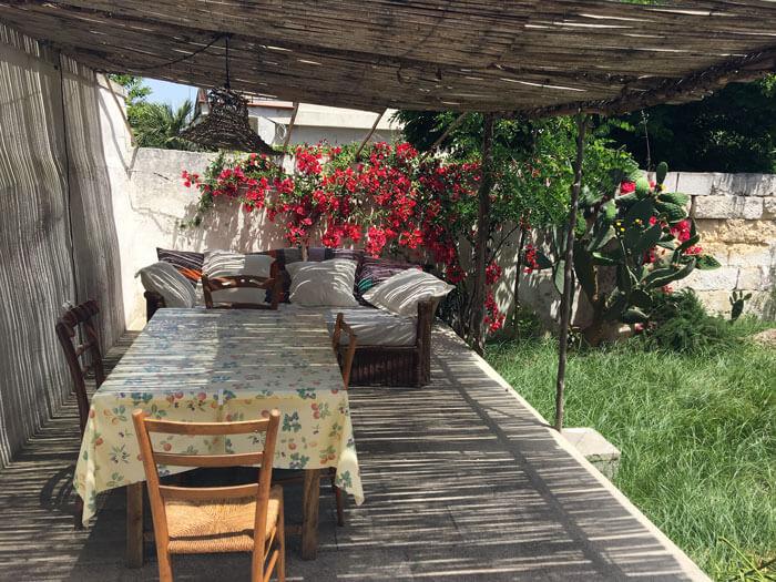 Ein Tisch im schattigen Hinterhof in Süditalien