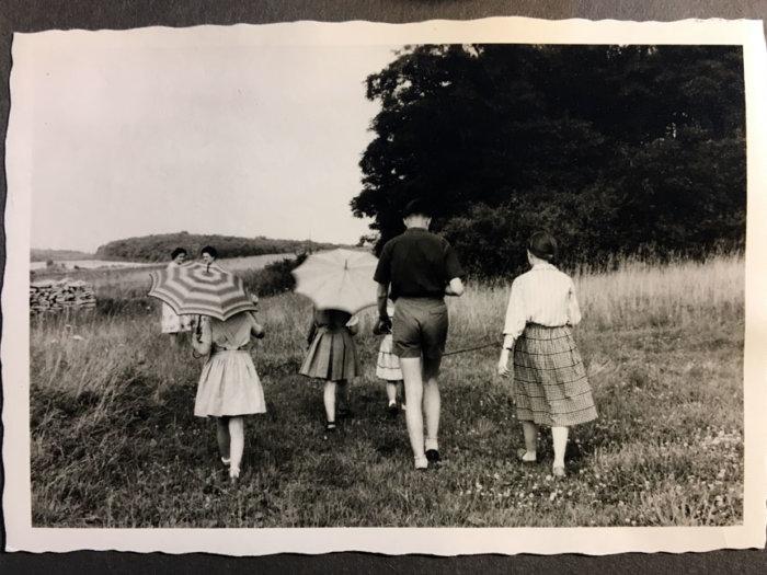 Alte Fotografie von sich entfernenden Menschen.