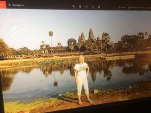 Eigenlebende Karin vor der Tempelanlage Angkor Wat.