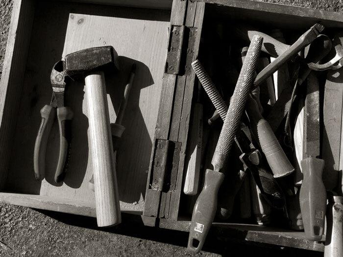 Verschiedenes Werkzeug in offenem Werkzeugkasten.
