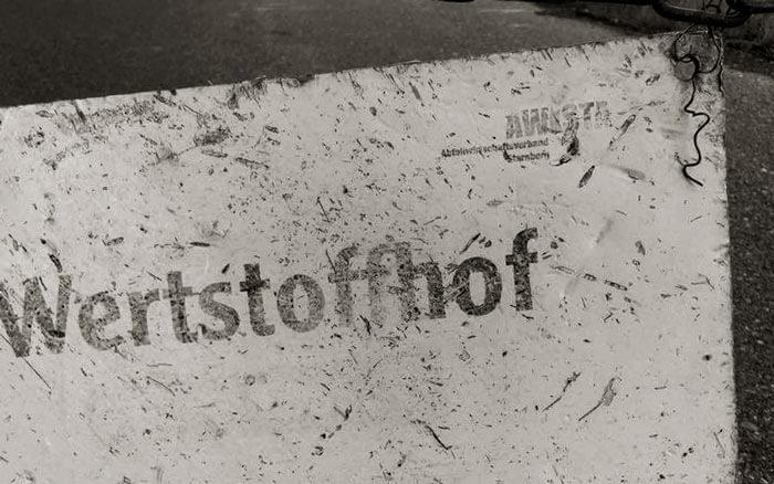 Schild mit Beschriftung »Wertstoffhof«.