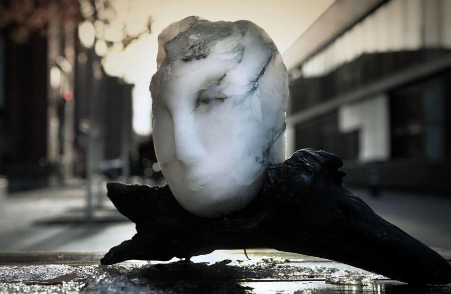 Kopf aus Alabaster auf Ast.