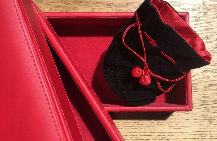 Schachtel mit rotem Samt ausgeschlagen.