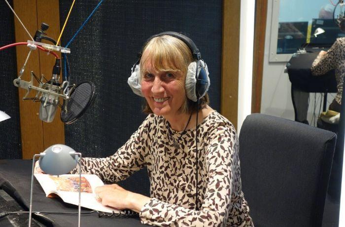 Autorin Elfriede Hafner-Kroseberg glücklich im Tonstudio.