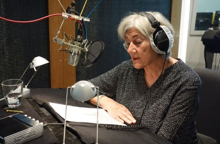Autorin Barbara Pinheiro beim Einlesen ihrer Texte.