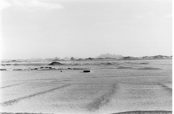 Reifen in Wüste. Foto: Katrin Hupe