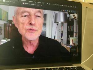 Aufnahme im Gespräch bei einer Videokonferenz.