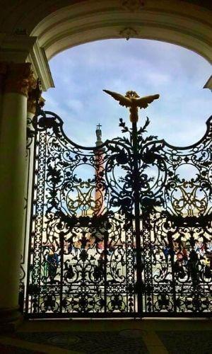 Eisernes Tor vor blauem Himmel.